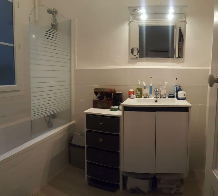 La salle de bain et sa baignoire.