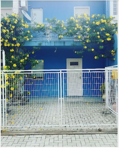 Charmoso sobrado azul 30m da praia - Porto Belo - Pis