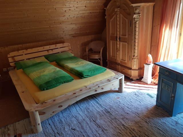 Feng-Shui-Doppelzimmer umgeben von Wald und Wiese