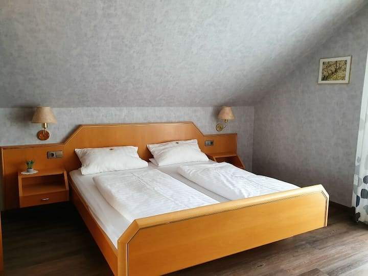 Gästehaus Wörner, (Durbach), Zimmer Nr. 4, Doppelzimmer mit Dusche/WC und Balkon