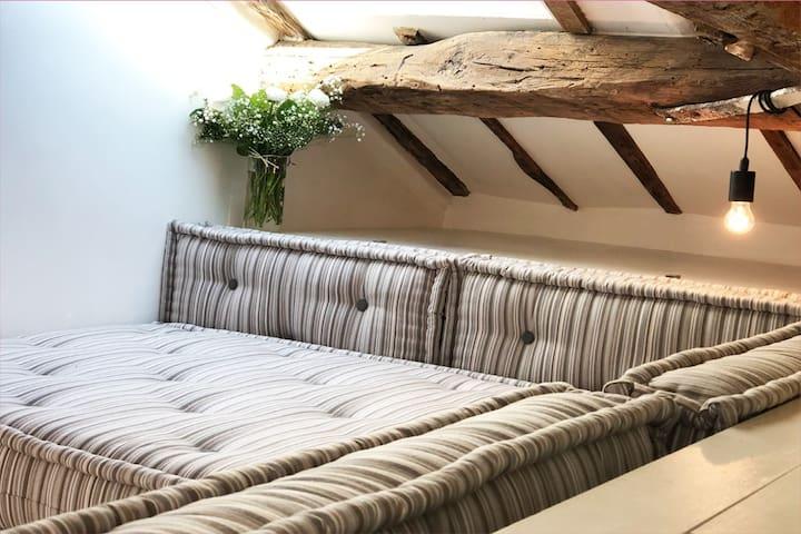 Canapé confortable pour votre lecture et pour dormir. Fait sur mesure en Italie. Nous préparons votre lit avec du linge frais pour votre repos et béatitude