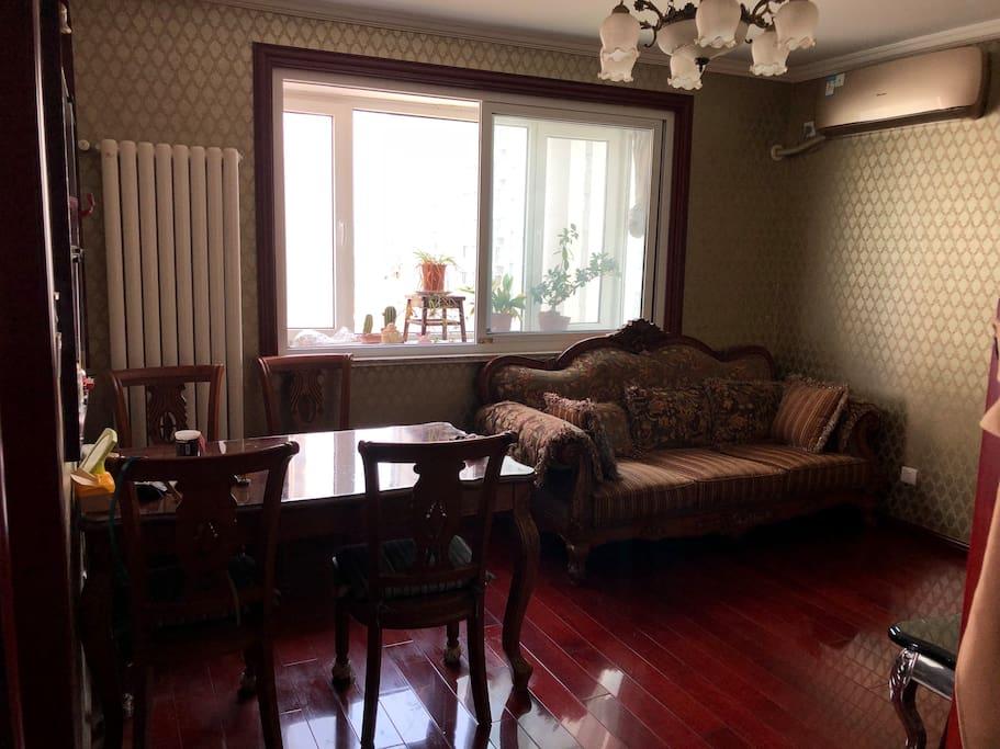 客厅~餐桌,沙发,茶几,电视,无线网络,空调都齐全!