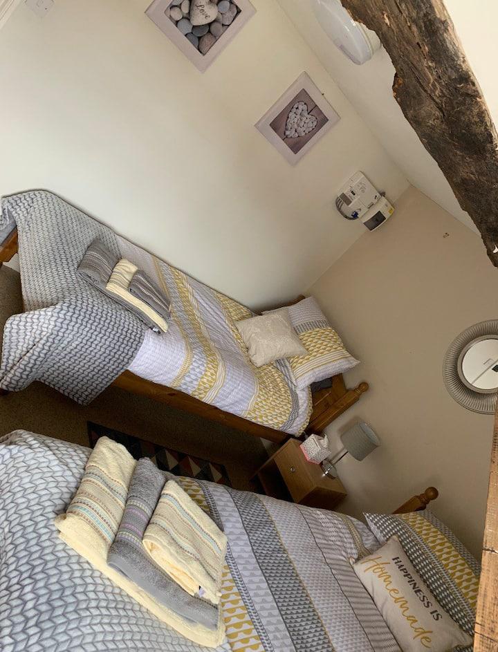 Twin Room Bewdley, own bathroom, shared kitchen