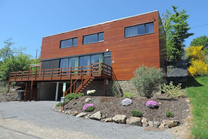 Lovely modern cottage with sauna, bubble baths and even a beach on the river!