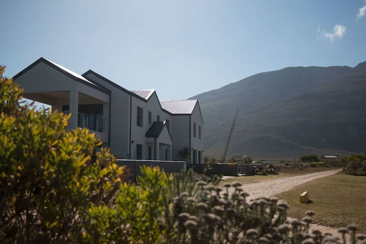 BOUTIQUE GUEST ROOMS at Stay At Friends - Betty's Bay - Bed & Breakfast