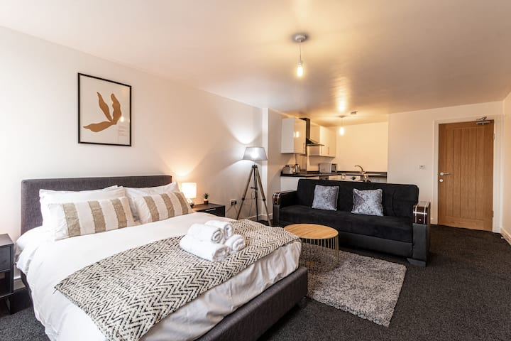 Bright Designer 1-Bed Apartment in Central Stafford
