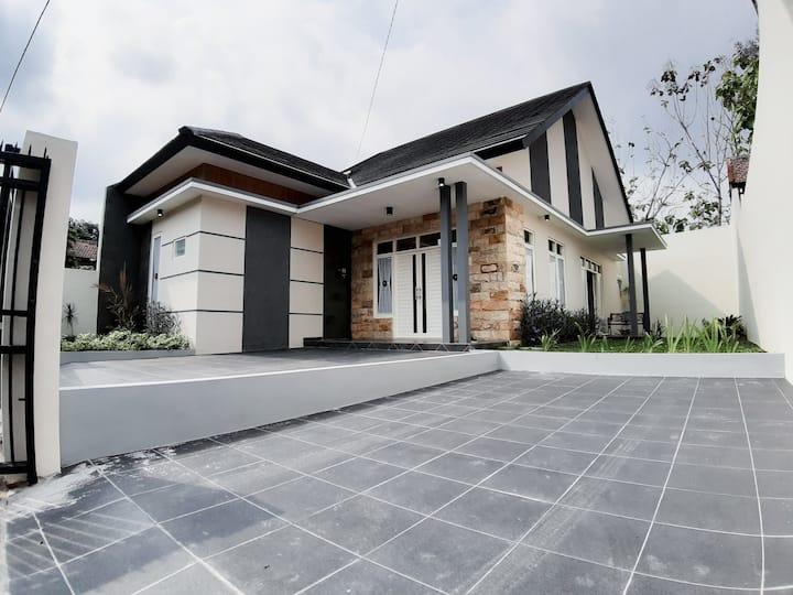 Kemuning Villa Batu strategic & cozy Villa