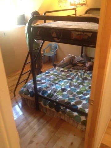 petite chambre des enfants- un matelas double au sol - un mousse simple en haut