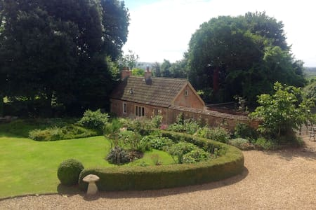 Beautiful country cottage with tennis court - Seend - Pension
