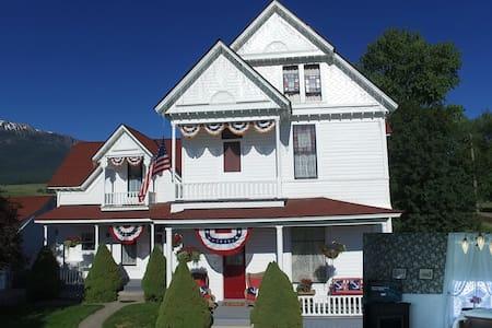 1898 Victorian Est. - Parlor Suite - Enterprise