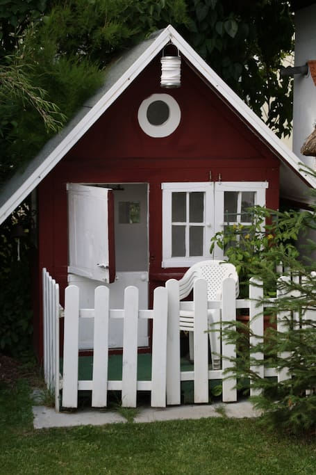Spielhaus im Garten / little wendy house in the backyard