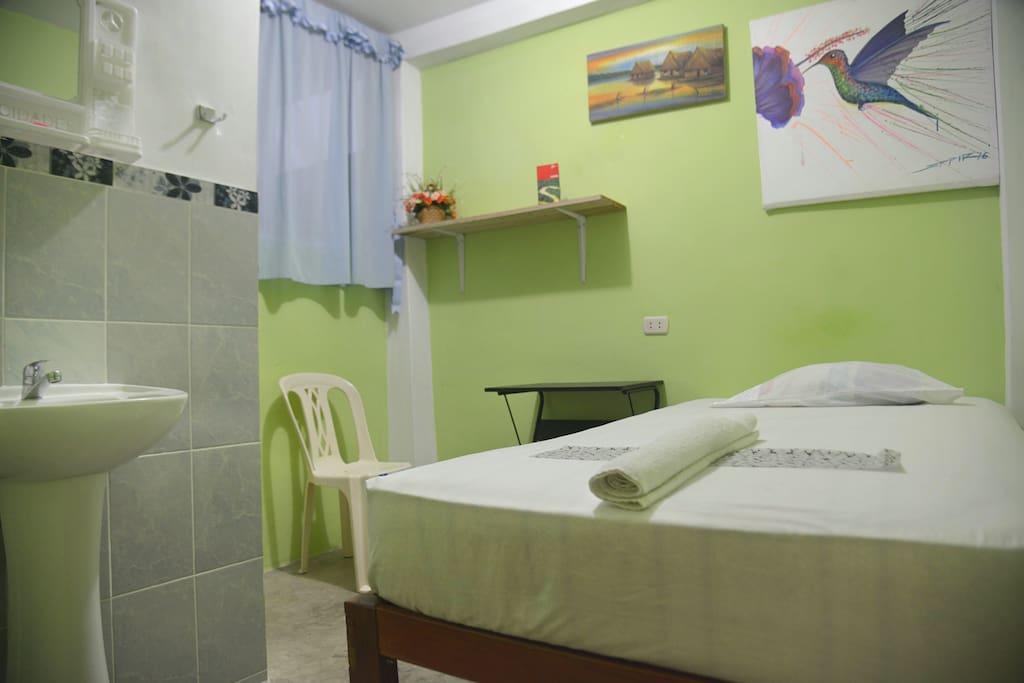 Comfortable mattress, private single room, fan and private bathroom / Confortable colchón, habitación privada, ventilador y baño privado