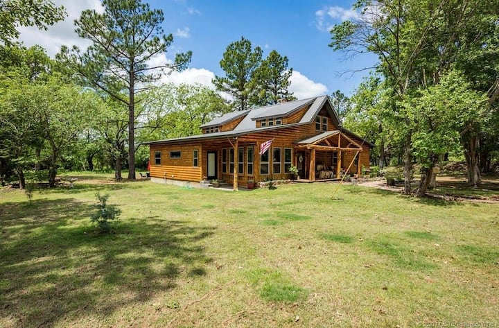 """The Great Escape"" OKLA Luxury Log Cabin Home"