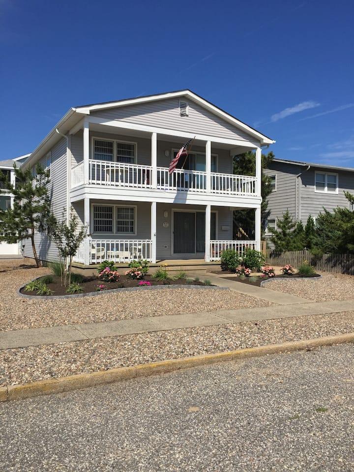 OCEAN BLOCK GETAWAY - 4th house from Beach!