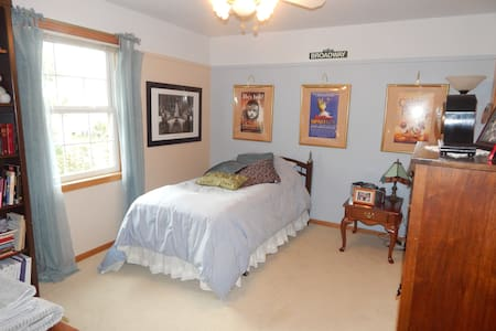 Deluxe Single room in  quiet suburbs, pool access - Muskego