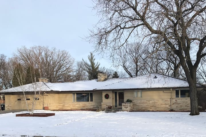 Two Story Mid-Century House - 3 miles f-Downtown