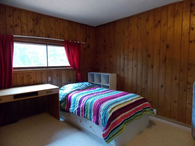 Cozy Wood-paneled Rm in U-Dist