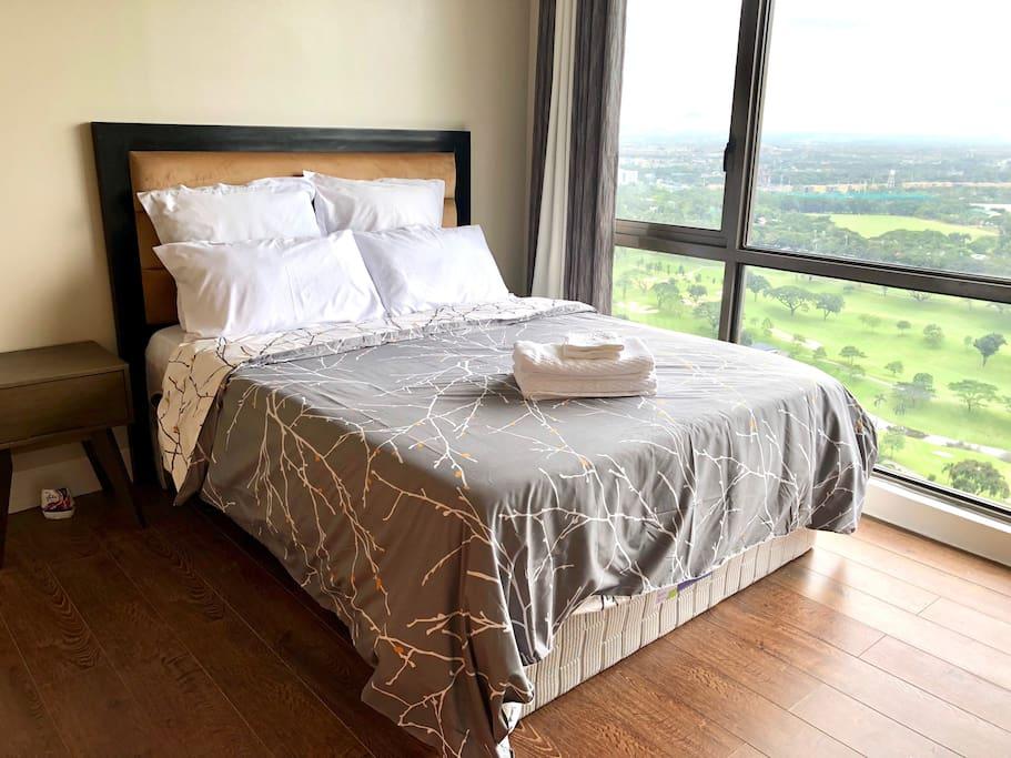 Bedroom with a fantastic Manila Golf Views