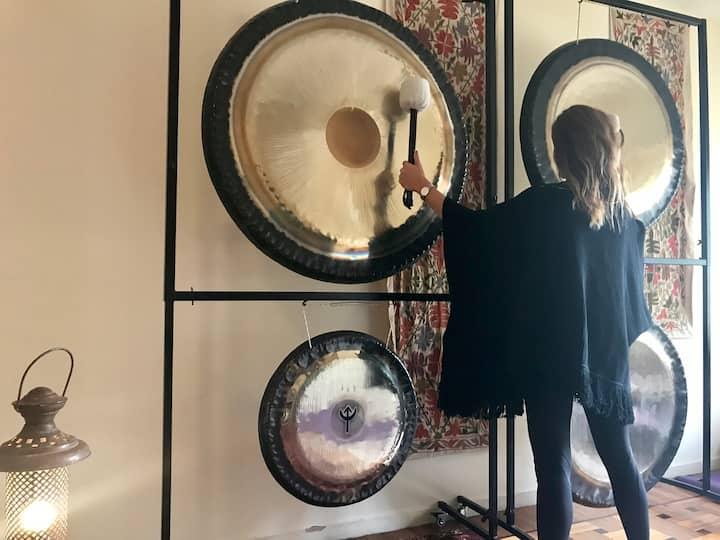 Calentando los gongs antes del encuentro