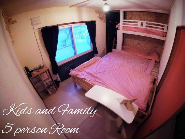 2階5人部屋キッズ&ファミリールームは、家族で寝るのに最適。マットレスを繋げてあるので、小さいお子様がベットから落ちる心配はありません。マンガ、黒板、もあります。   2段ベットに上がるのはボルタリングで遊び心をくすぐります。