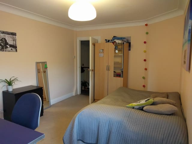 Cozy double room in large house - Londen - Huis