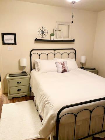 Bedroom with 1 queen size bed.