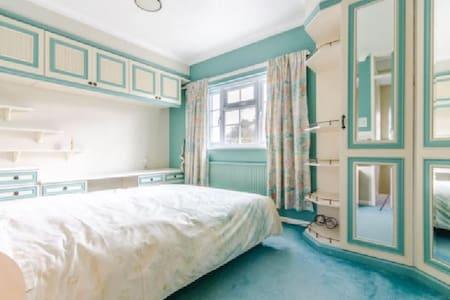 Large Double Room in Cherry Hinton Suburb - Cambridge