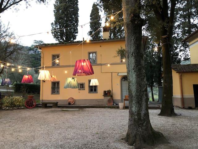 Casina di Groppoli nel verde delle colline Toscane
