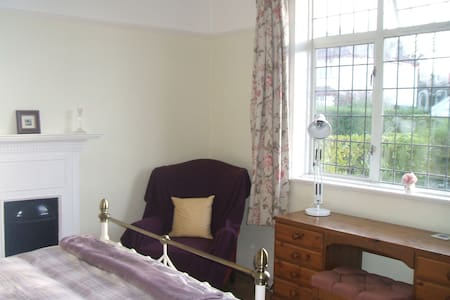 self contained double bed bathroom & sitting room - Cardiff - Bungalov