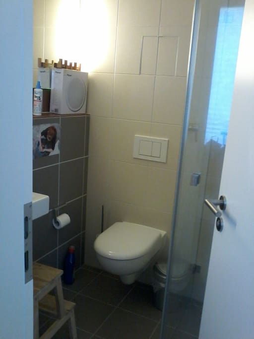 Kleines Bad mit Dusche/small bathroom with shower