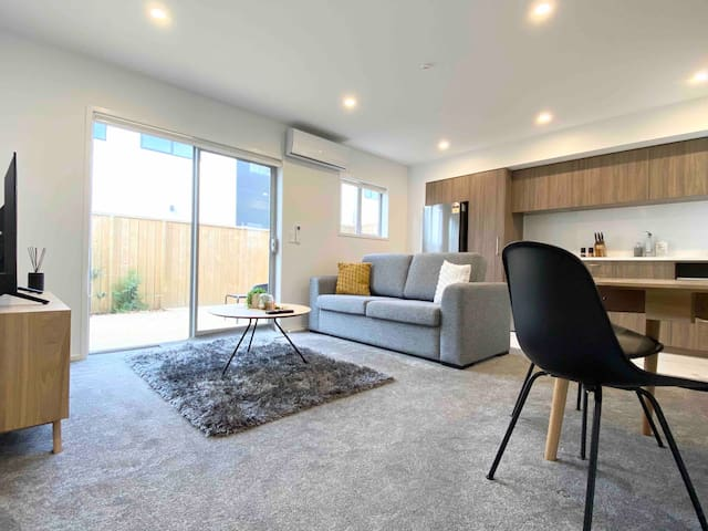 Brand new townhouse in city-commercial grade clean
