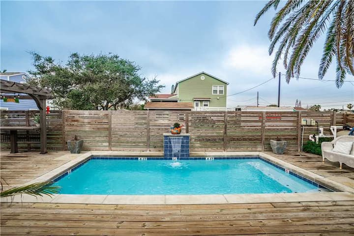 Oleander House! LARGE PRIVATE POOL! 1 mile to BEACH! KAYAKS for GUEST!