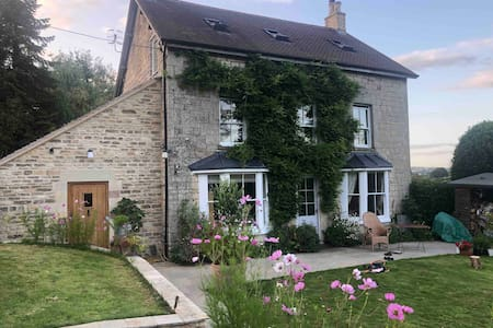 Beautiful Cotswold Cottage, Fine Views & Breakfast