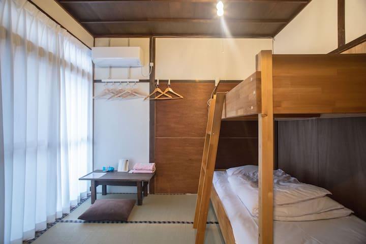 3 minutes walk from JR Nara. Small private room.