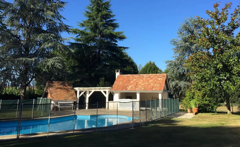 2-bed gite + pool, garden & mountain views! - Navarrenx - Gästhus
