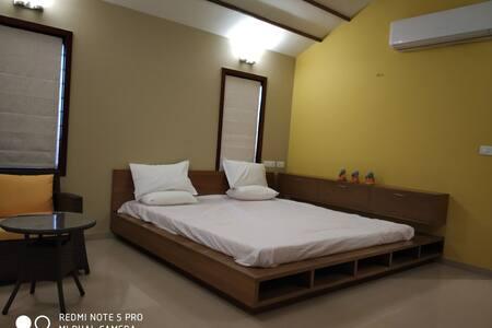 Room1 -Kalhaar blues & greens luxurious Golf villa
