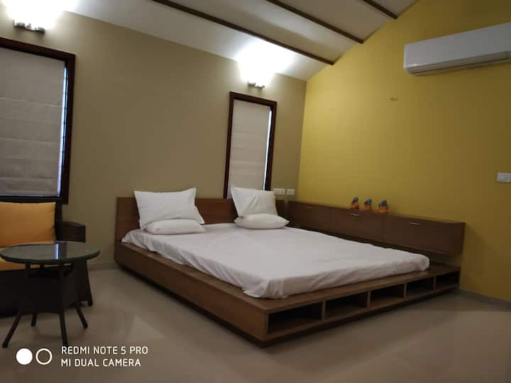 Room1 -Kalhaar blues & greens luxurious Golf villa