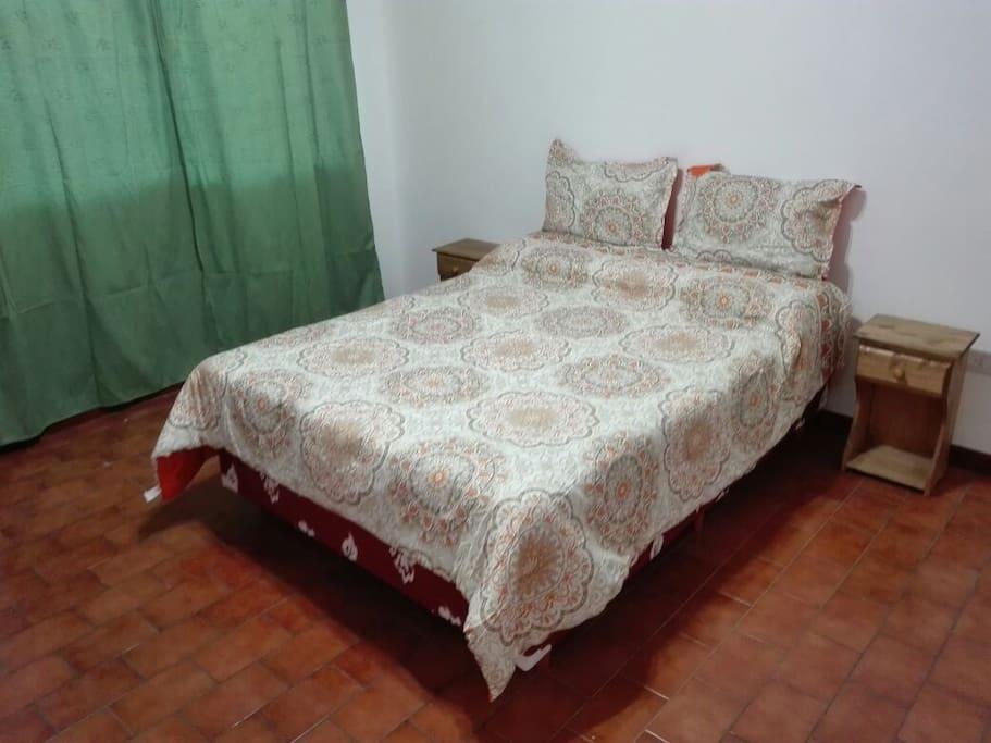 Dormitorio principal con somier de 2 plaza, sabanas y frazadas