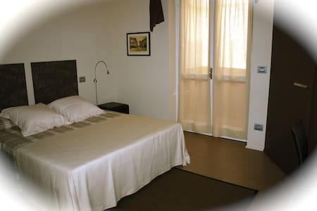 B&B FUORI LE MURA  CHERASCO: LA PORTA DELLE LANGHE - Cherasco - 家庭式旅館