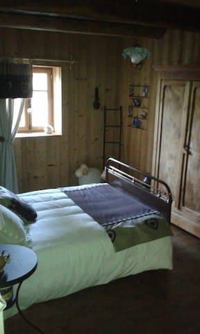 chambre dans petite ferme comtoise - Éternoz - Hus