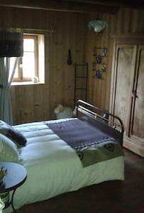 chambre dans petite ferme comtoise - Éternoz - Rumah