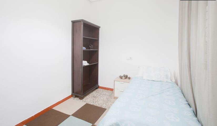 Spacious Single Room next to Seville Center
