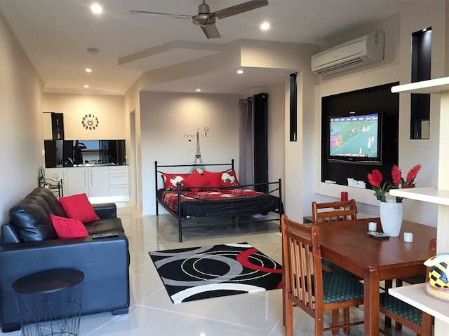 NEW LISTING - Self Cont'd Ultra Modern Studio Room - Redlynch - Apartament