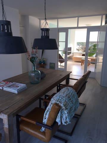 Sfeervol modern appartement gelegen aan de duinen. - Den Helder - Byt