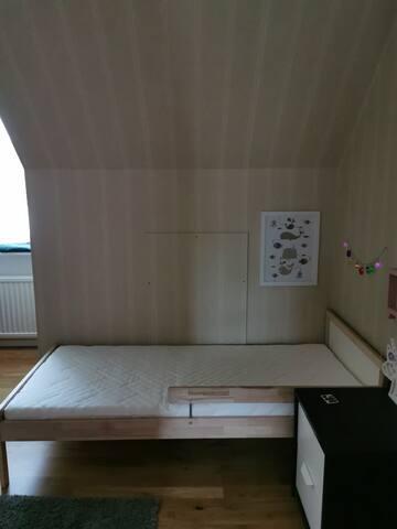 Andra sovrummet innehåller tre sängar. 2 juniorsängar samt en barnsäng.