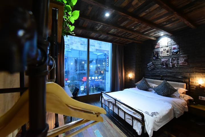 黄山微印巷主题客栈-主题大床房,位于黎阳老街,黎阳水街,屯溪老街,周边购物吃饭一应俱全