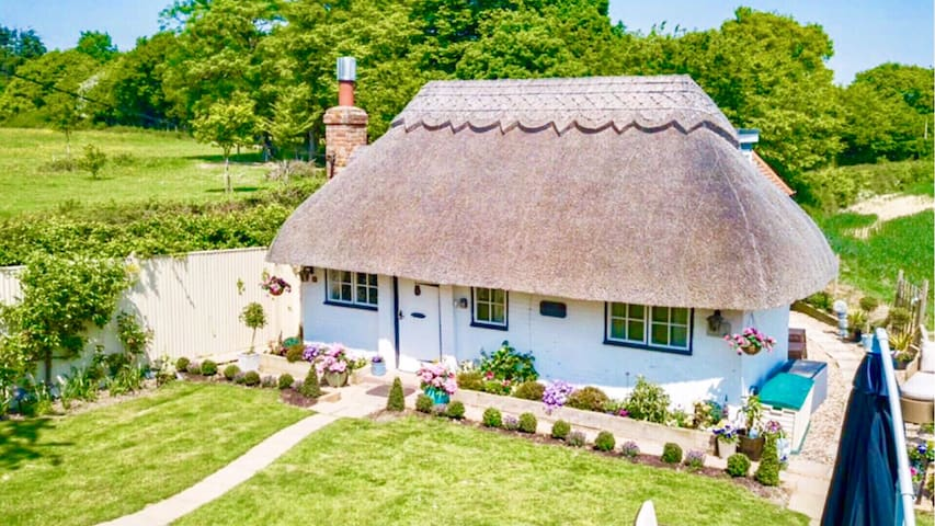 Detached Thatched Cottage in Kent Sleeps up to 6