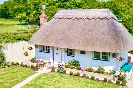 Detached Thatched Cottage in Kent With Hot Tub