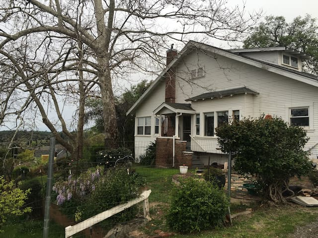 Shabby chic natural light Victorian .1 miles 80