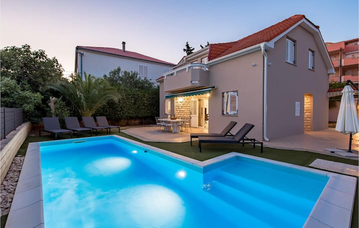 Amazing home in Novalja with WiFi and 4 Bedrooms